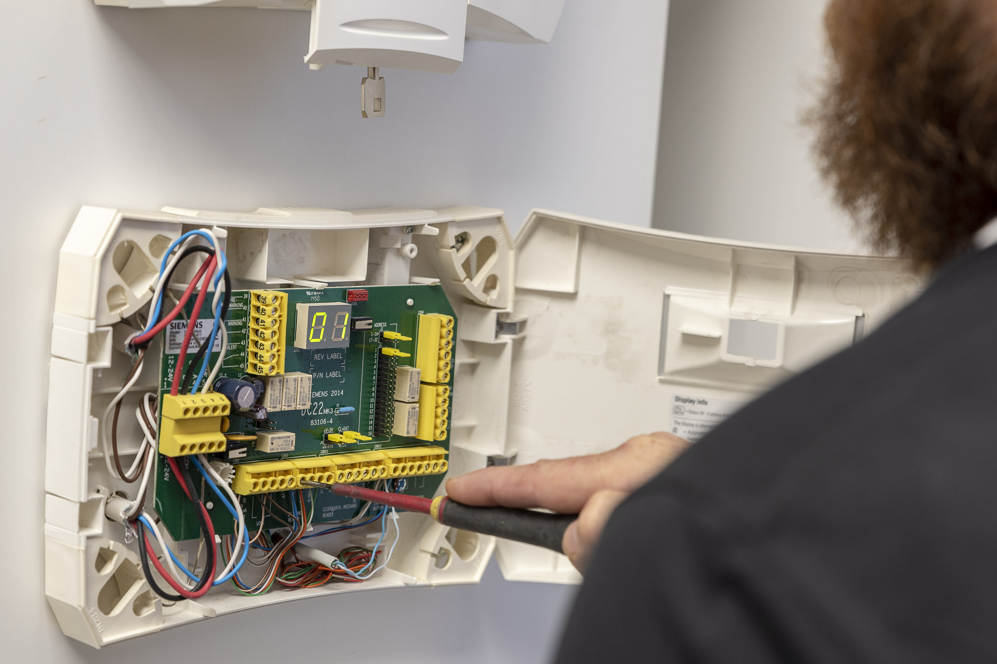 Elektriker arbetar