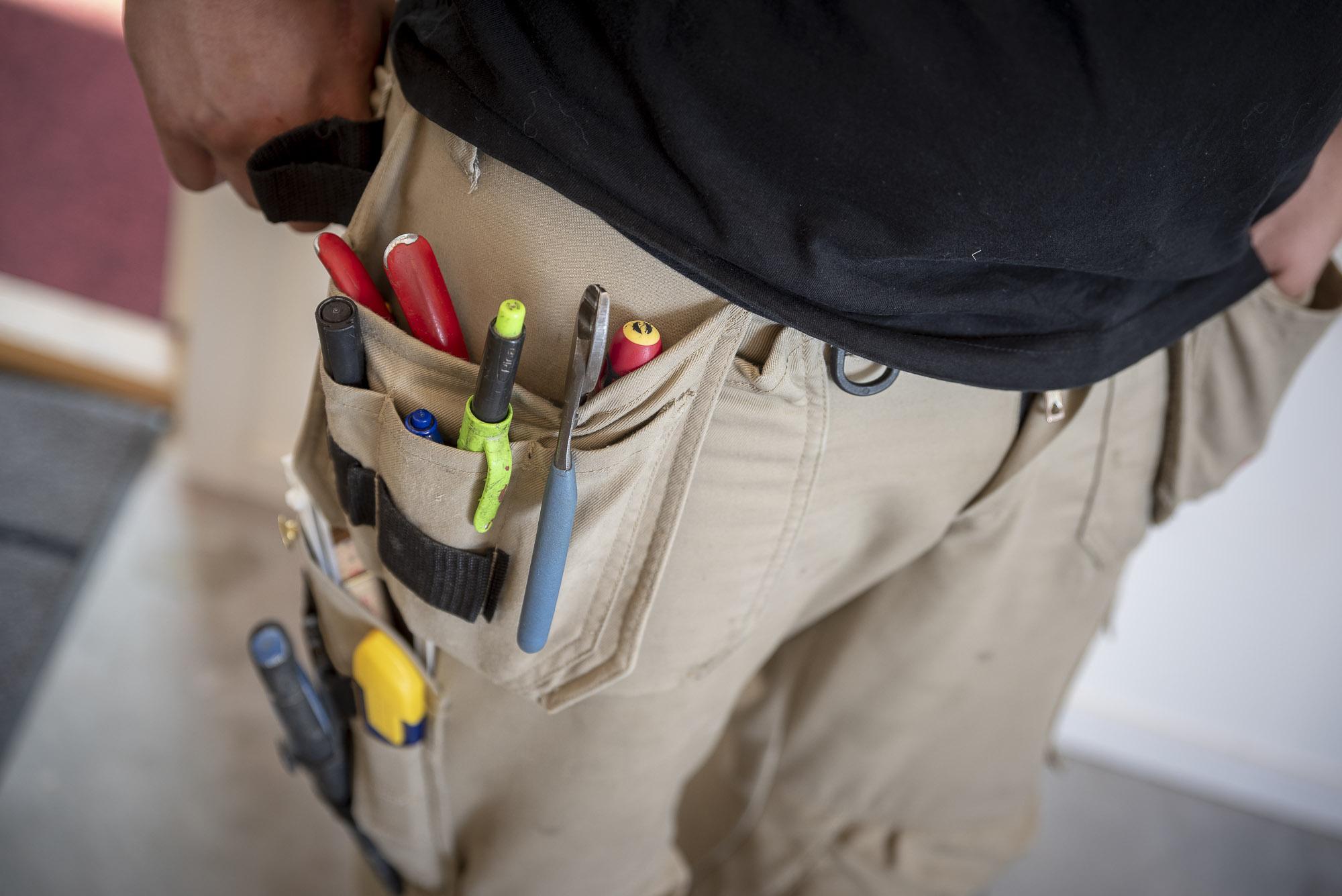 En elektriker med verktyg